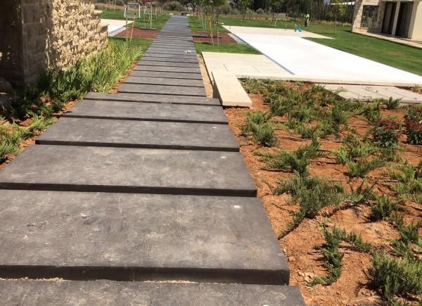 אבני פסיעה מבזלת בגימור התזת חול בגודל 2*1 מטר