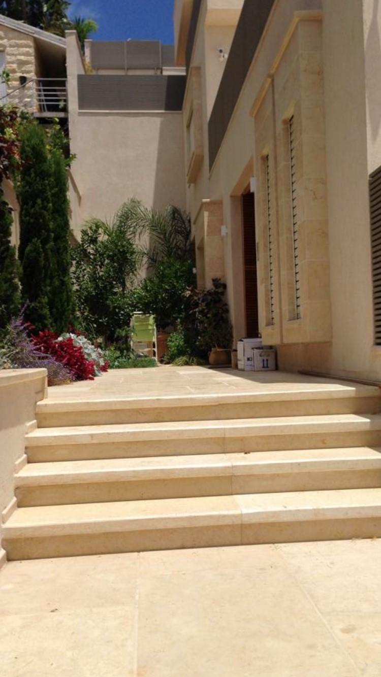 מדרגות וריצוף אבן הוליסטון חיפוי קירות תרקומיה מותז