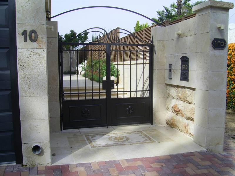 כניסה לבית מאבן