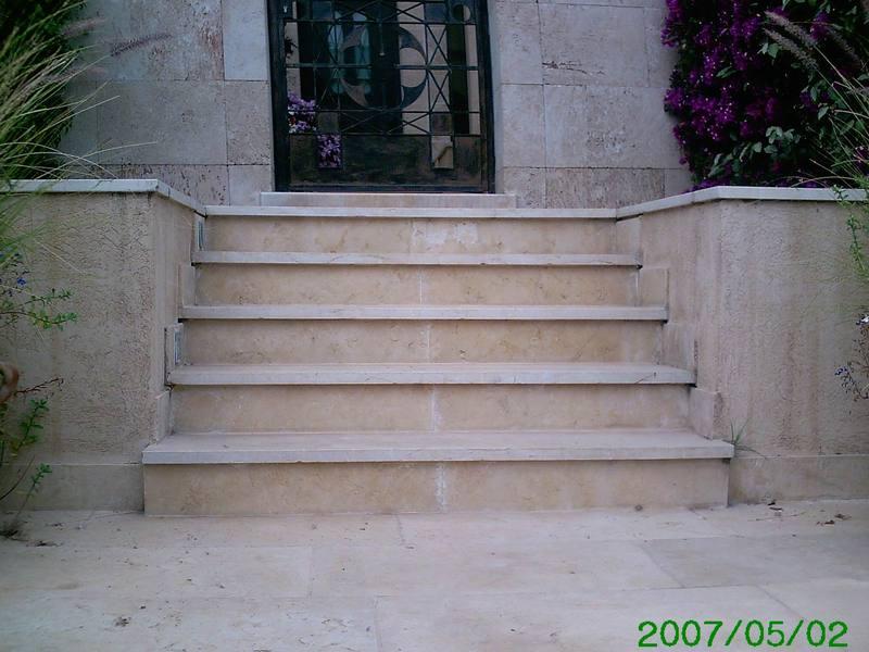 מדרגות אבן בכניסה לבית