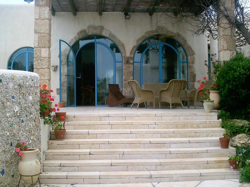 מדרגות אבן לבית