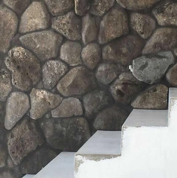 קיר אבני בזלת טבעיות